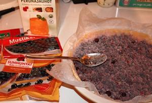 Mustikka-valkosuklaa-lime-piirakan 1. vaihe
